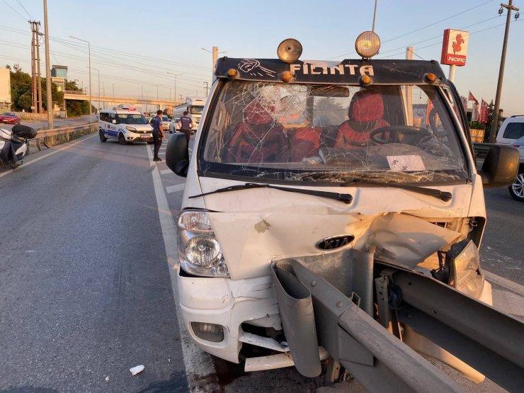 D-100'de kamyonet bariyerlere çarptı, sürücü ve yolcu sıkıştı