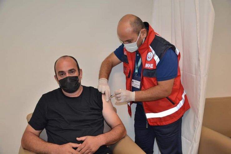 Başhekim Domaç 25 kişinin aşısını kendisi yaptı