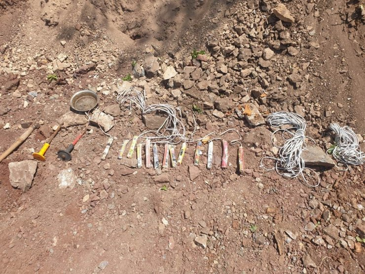 Turgutlu'da 13 dinamit lokumu bulundu