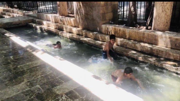 Sıcaktan bunalan çocuklar kanalda serinledi