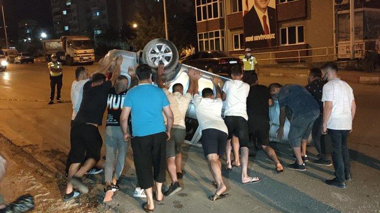 Ters dönen otomobilden yara almadan kurtuldular