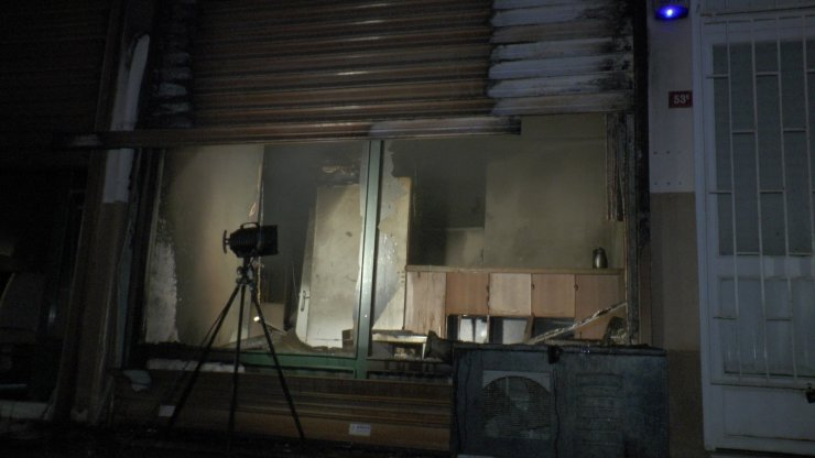 Kadıköy'de korkutan depo yangını