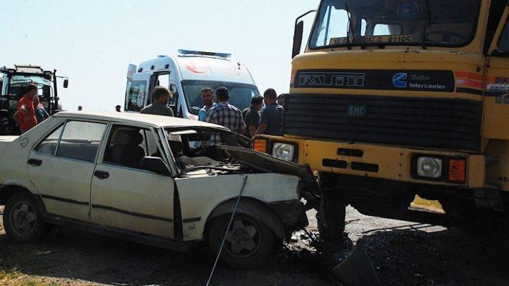Hafriyat kamyonu ve otomobil çarpıştı: 2 yaralı