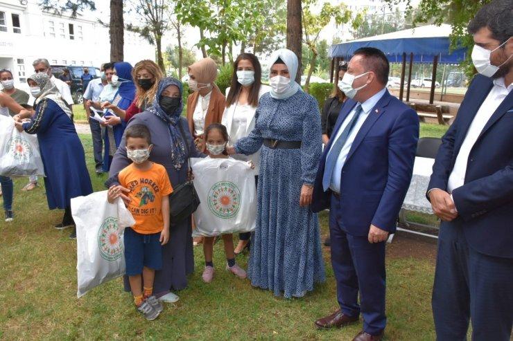 Bağlar Belediyesi ihtiyaç sahibi öğrencileri ve ailelerini sevindirdi