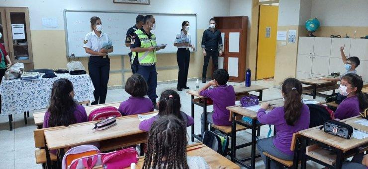 Jandarma'dan öğrencilere hediye