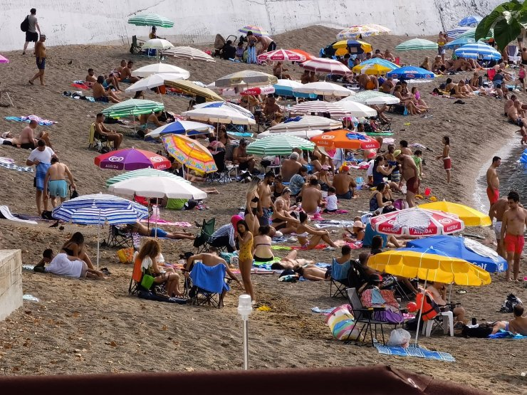 Hafta sonu ve sıcak havayı fırsat bildiler sahillere akın ettiler