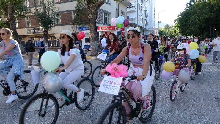 Süslü Kadınlar Bisiklet Turu'nda renkli görüntüler