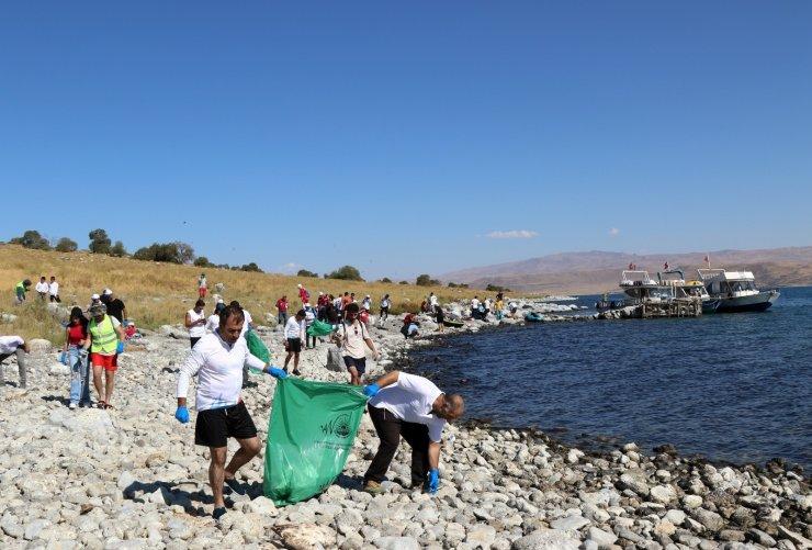 """Van Büyükşehir'in destekleriyle """"1. Adır Adası Yüzme Festivali"""" kapsamında sahil temizliği yapıldı"""