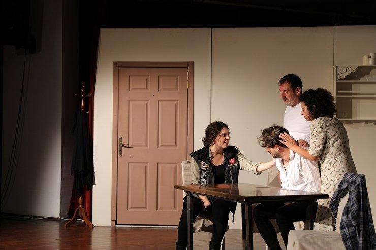 """""""En iyi narkotik polisi annedir"""" tiyatro severlerle buluştu"""