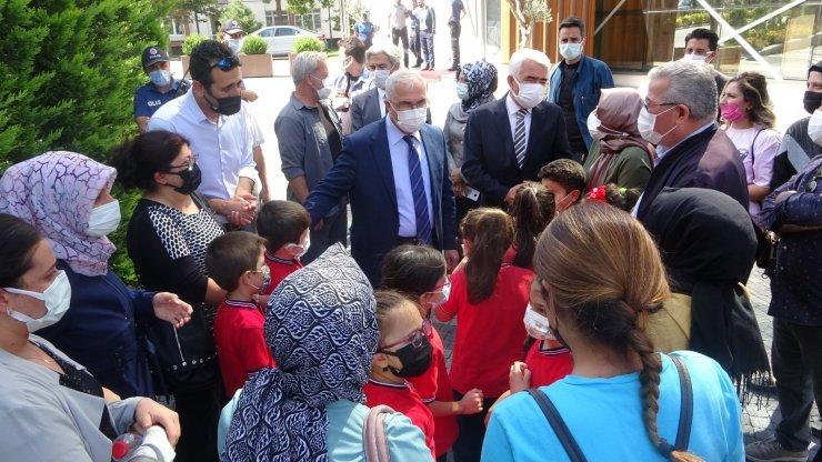 Sınıflarının kapatılmasını istemeyen veliler toplandı