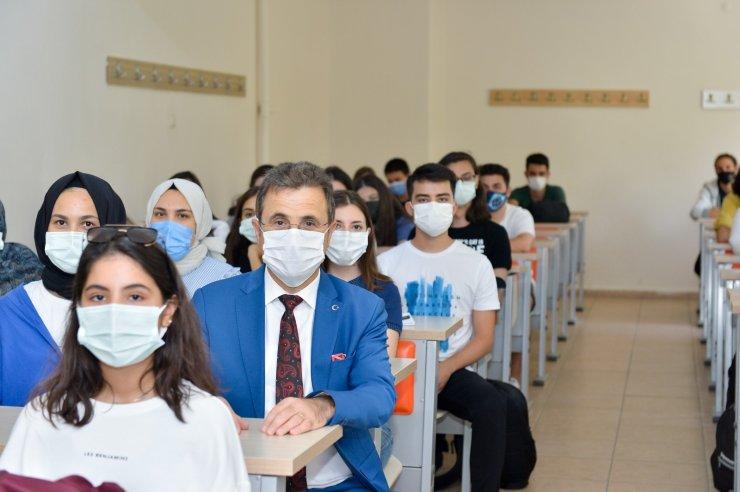 Rektör Çiçek Diş Hekimliği Fakültesi'nde ilk derse katıldı