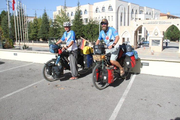 Bisikletleriyle tura çıkan Alman çift Konya'da mola verdi