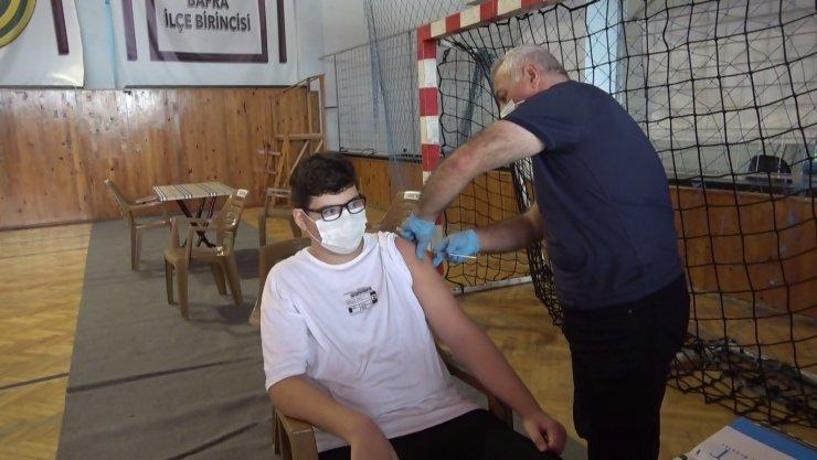 Liseliler okulda aşı oldu