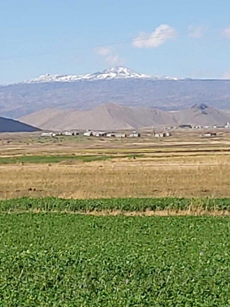 Tendürek Dağı'nın zirvesinde kar yağdı