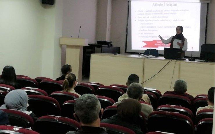 """Erzincan Refahiye ilçesinde Aile Eğitim Programı kapsamında """"Aile İçi İletişimin Temel Unsurları"""" konulu eğitim verildi"""