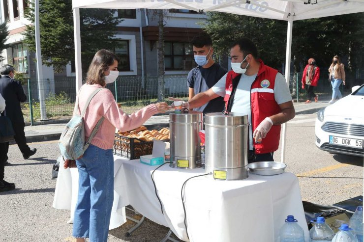 Gölbaşı'nda üniversitelilere çay ve poğaça ikramı