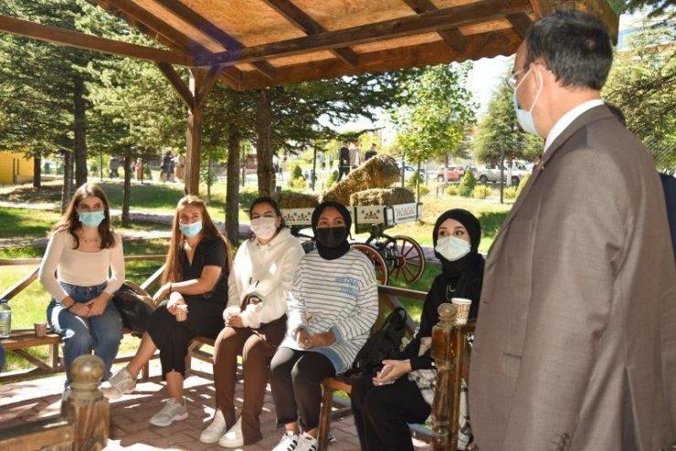 Rektör Beydemir, öğrencilerle sohbet etti