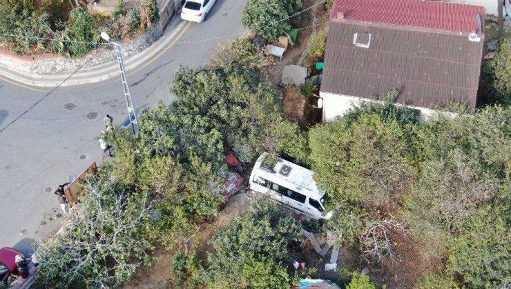 Üsküdar'da direksiyonu kilitlenen öğrenci servisi bahçeye daldı