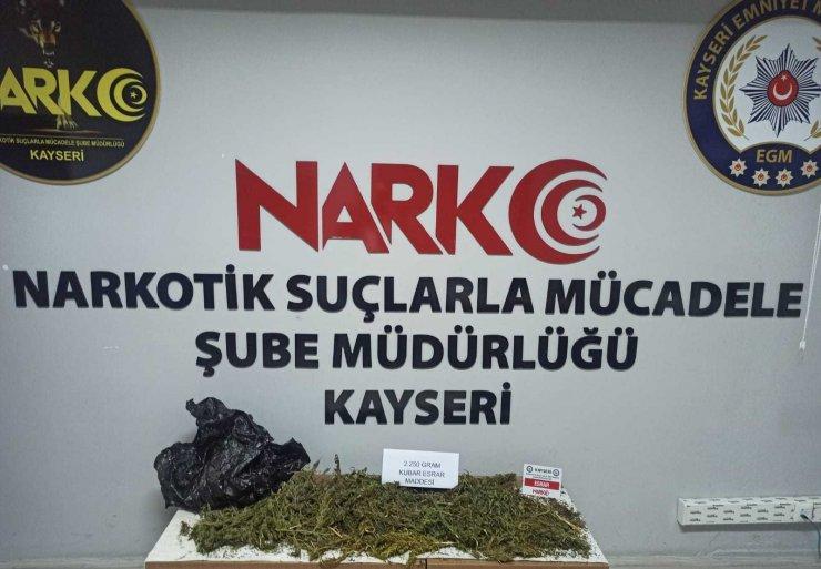 Yolcu otobüsüne uyuşturucu operasyonu: 2 kilo kubar esrar ele geçirildi