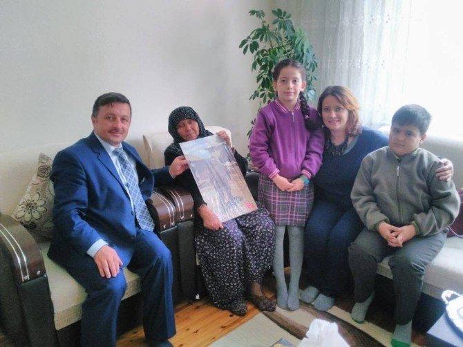 Okul öğretmen ve öğrencilerinden şehidin yakınlarına anlamlı ziyaret