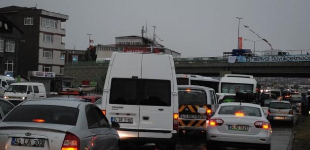 istanbulda-yagis-trafigi-felc-etti.jpg