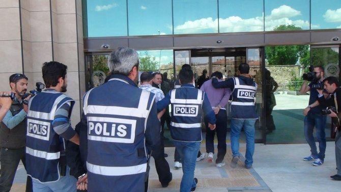 Polisle çatışmaya giren uyuşturucu satıcıları adliyede