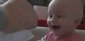 Kağıt yırtılmasına gülen bebek