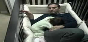 Babanın çocuğu uyutma çabası