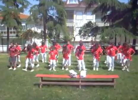 Minik öğrencilerin dansı izlenmeye değer