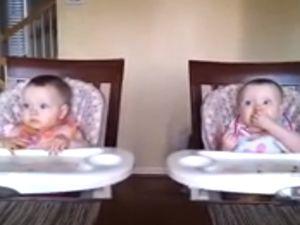 Gitar Sesine Coşan İkiz Bebekler