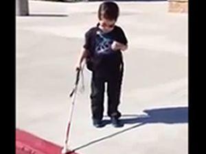 İlk defa sokağa çıkan 4 yaşındaki görme engelli çocuk
