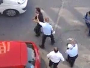 Çileden çıkan polis kendini ringde zannederse