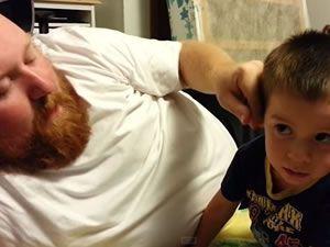 Babası burnunu alınca krize giren çocuk