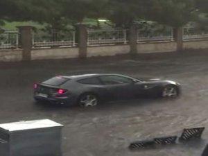 İstanbul'da yağmur çilesi! Ferrari bile suda mahsur kaldı...